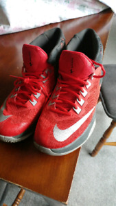 Mens size 9 Nike Zoom Decision shoes