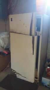Old fridge free to pick up, working condition