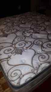 king size mattress with boxspring very clean  3 yrs old West Island Greater Montréal image 4
