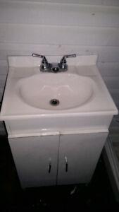 Meuble-lavabo 3 portes avec robinet. Usagé. 30$ négo