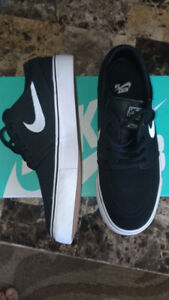 BNIB Boys Nike shoes size 5 (Youth)