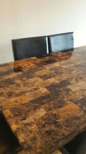 Beautiful faux marble dinning table with 6 chairs Cornwall Ontario image 2