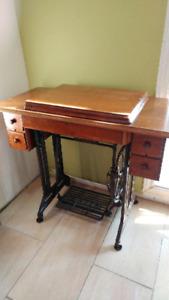Machine à Coudre Fonctionnel à pédale  et meuble Antique Singer