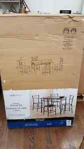 New in box Mainstays 5 pce dining set.