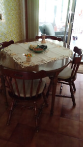 Kitchen Table/Table de Cuisine