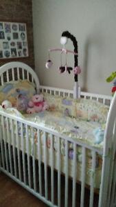 Lit de bébé avec literie, matelas