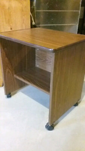Clean End Table on wheels, Perfect condition, great for tv or in