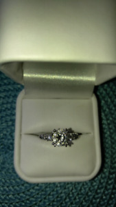 Beautiful 1 1/2 carat Diamonelle/ 925 sterling silvRing $80