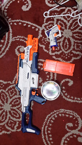 2 nerf guns with alot of bullets