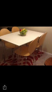 Like new table and chairs London Ontario image 1