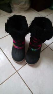 Snow boots girls size 4. Gently used. Clean & in good condition.