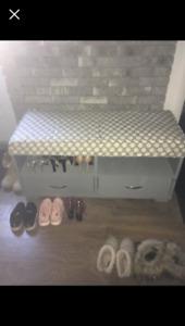 Meuble à soulier de couleur gris