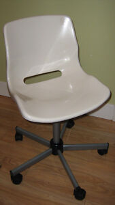 WHITE PLASTIC CHAIR ON CASTERS