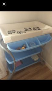 Table à langer avec bain intégré