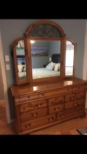Beautiful solid wood 5 piece Queen bedroom set!