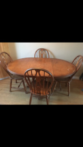 Circle table w/ 4 chairs + 2 center Leaf extensions