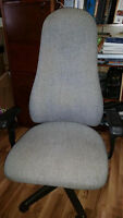 GRAY FABRIC HIGH BACK EXECUTIVE SWIVEL OFFICE CHAIR.