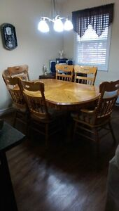 SOLID OAK DININGROOM SET THAT IS JUST LIKE BRAND NEW.