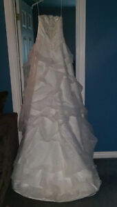 Stunng Wedding Dress size med fits like a size 6