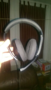 Xbox one headset with volume and mic controls