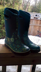 Ladies Bogs size 7 or youths 5