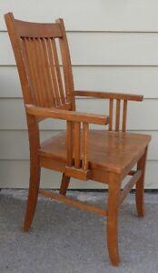 Chaise en bois avec appuie-bras