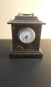 Horloge miniature de type antique
