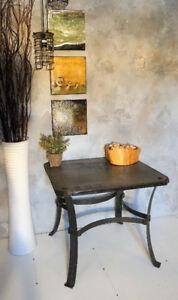 Table fabriquée de bois et métal au style industriel.