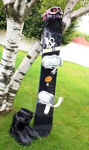 Ensemble snowboard + fixations + bottes + casque + lunettes