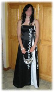 Robe de bal – noire (grandeur petit)