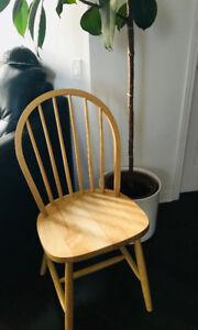 2 Winsdor Styled Wooden Chairs / Paire de chaises en bois