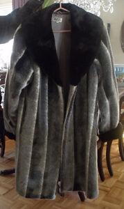 Manteau renard argenté fait de fausse fourrure