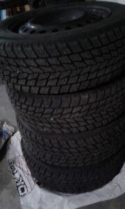 A Vendre 4 pneus d`hiver avec jantes