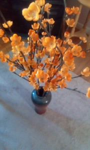 Nice vase with decorative jonquils that light up.see my ads