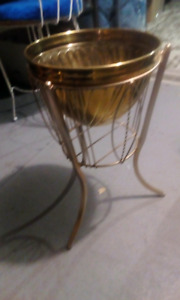 Vintage brass flower stain and pot
