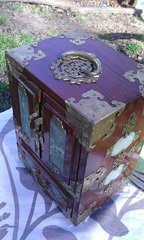VINTAGE CHINESE LACQUERED 4-DRAWER MAHOGANY JEWEL BOX, CARVED JADE, ETCHED BRASS
