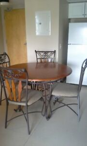 Dining room table and 4 chairs, excellent condition