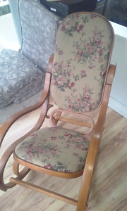 Chaise berceuse antique.
