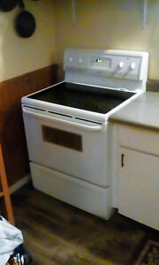 Fridgidaire. Self cleaning oven.Glass top stove