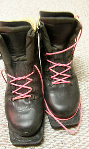Size 9 Ladies Asolo leather 3 pin telemark boots.