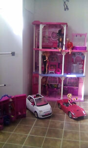 Maison Barbie +2 voiture + garde robe + linge +6 Barbies +2 gars
