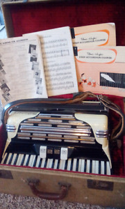 Mundinger Accordion With Case and Music Sheet/tutorial books