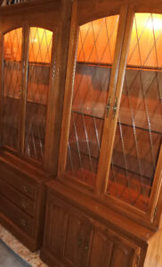 Elegant pair of Ethan Allen display cabinet/curio, like new