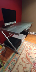 Table de bureau en verre et Chaise / Glass Desk and Chair