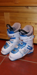 Downhill ski boots for girls