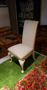 White wooden chairs Chaise en bois blanche