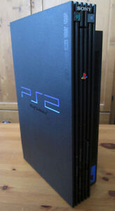 PS2 + 2 control.+ 31 jeux + 2x DDR Dance pad + 2x Micro Singstar