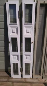 Fenêtre pour chaque côté d'une porte d'entrée avec moustiquaire