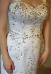 Beautiful Embroidered/Beaded Wedding Gown Size 8.