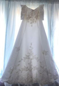 A very pretty A-line off the shoulders wedding dress